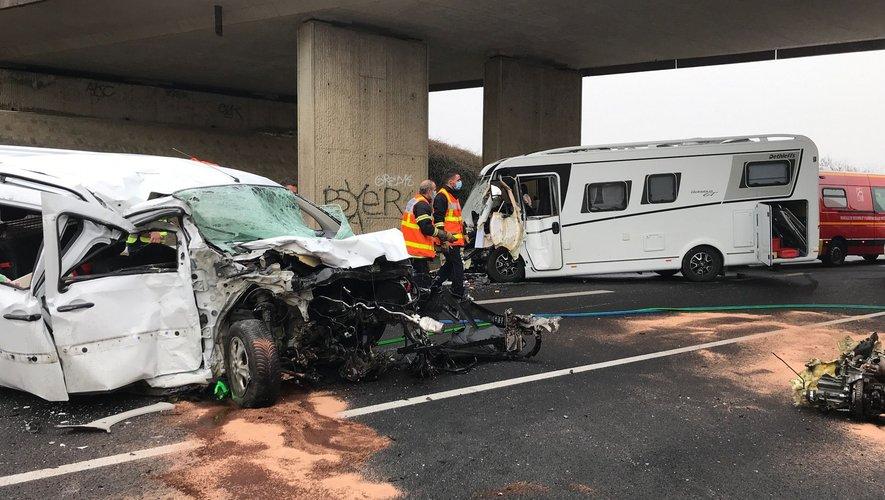 Une voiture est entrée en collision avec un camping-car.