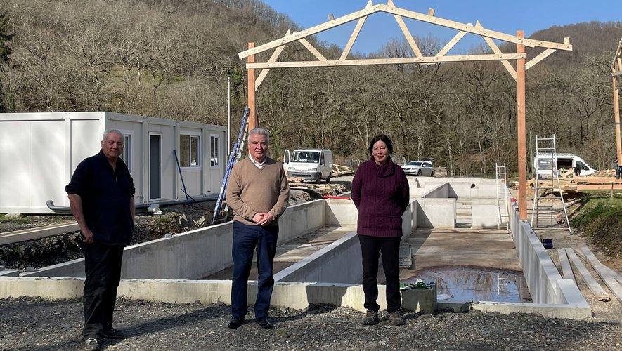Jean-Claude Anglars, entouré de Gérard et Josette Aldebert, visitant le chantier.
