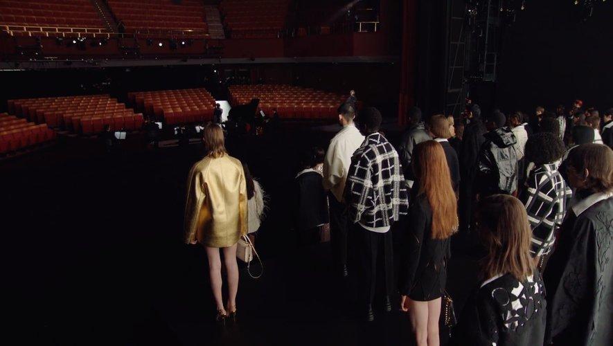 Valentino a proposé un défilé engagé organisé au Piccolo Teatro di Milano.