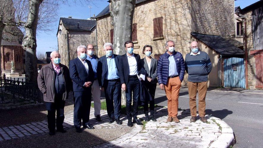 Les élus à l'entrée du site.