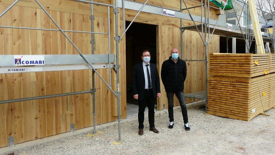 Le maire Jean Philippe Keroslian et Francis Fournier, en charge de la politique de santé à l'Agglo, devant la future extension.