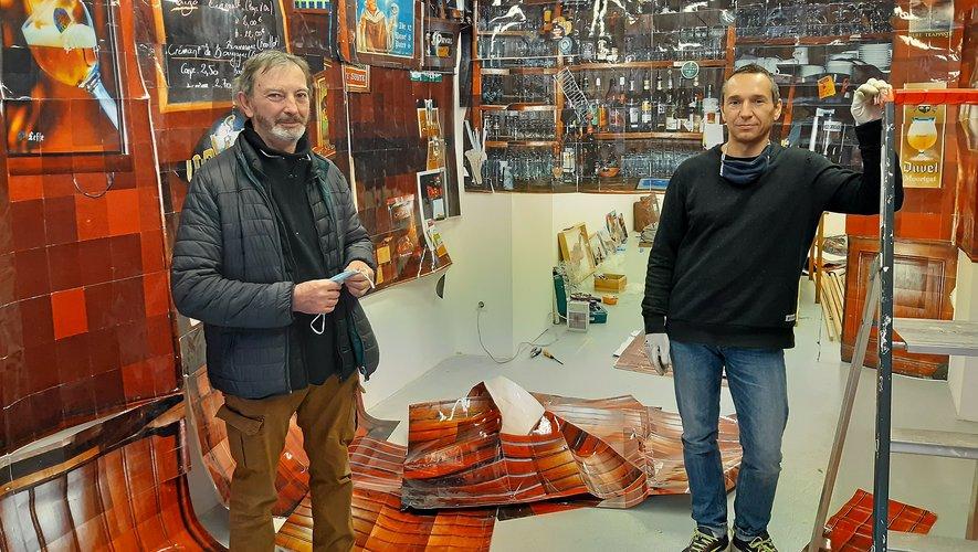 Jean-Luc Fau en compagnie de Cyril Hatt, lors de l'installation de cette exposition exceptionnelle.