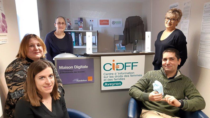 Marie Pelat, Aurélie Brégier, Anne Razzafinanja, Myriam Laroque et Stéphan Benezech forment l'équipe ruthénoise du CIDFF.