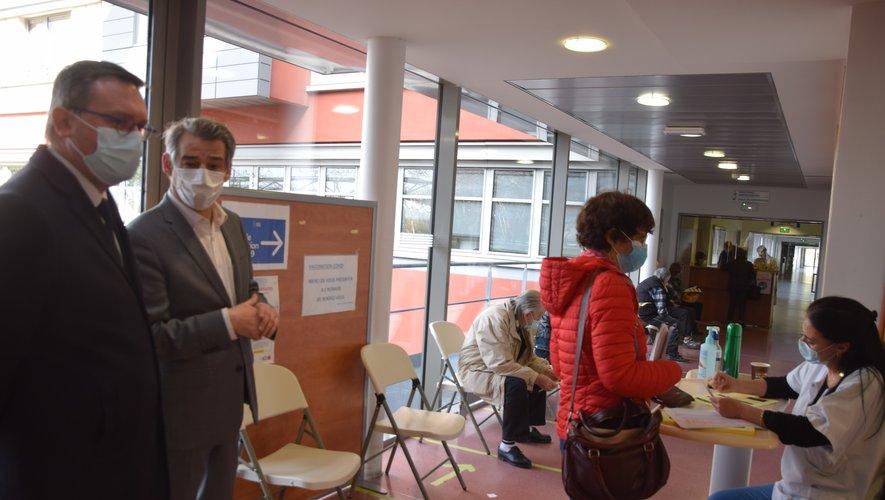 Pierre Bressolles, directeur de cabinet de la préfecture, s'est rendu ce samedi au centre de vaccination de l'hôpital de Rodez accueilli par Olivier Pontiès, adjoint du directeur.