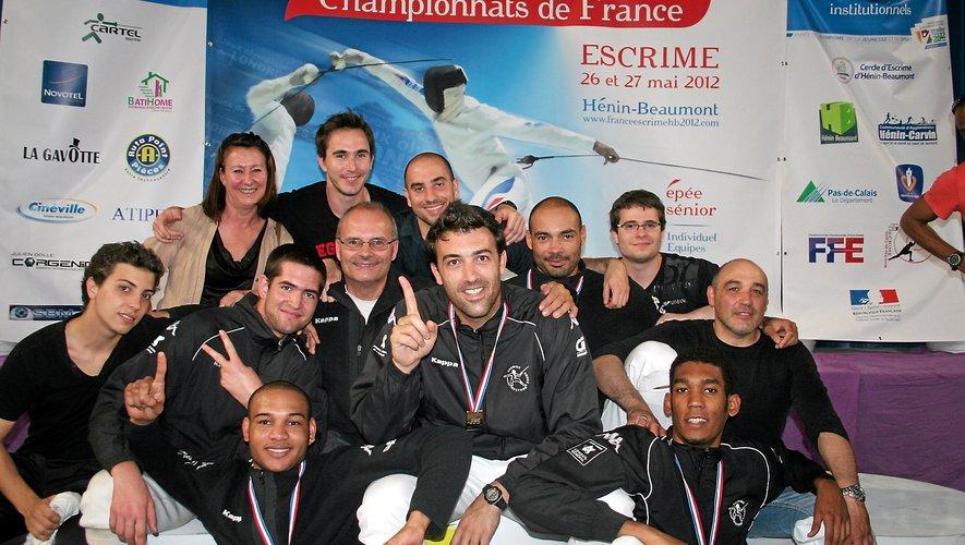 En 2012, l'ensemble de la délégation ruthénoise présente à Hénin-Beaumont prend la pose pour une photo qui restera dans l'histoire du club comme un moment charnière: le premier titre de champion de France à l'épée par équipes de Nationale 1. José-Luis Abajo est au centre (index levé).