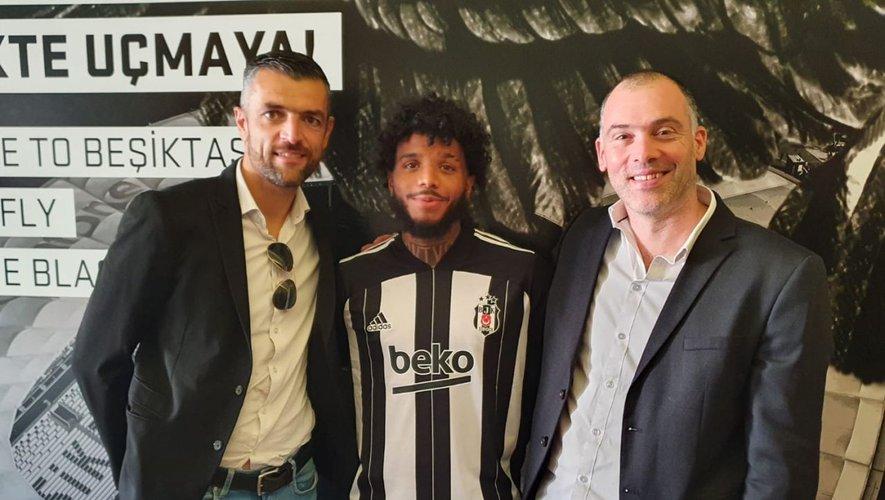 Entouré des deux agents Nicolas Dieuze et Stéphane Trévisan, Valentin Rosier avait le sourire au moment de son prêt en Turquie cet été.