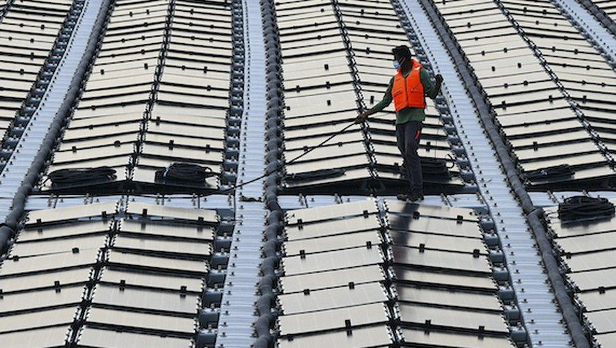 Au large de Singapou des milliers de panneaux solaires font partie du projet de développement de fermes solaires.