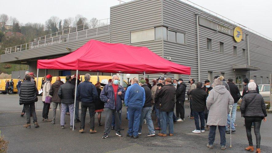 Une soixantaine d'usagers et d'élus devant le centre courrier.
