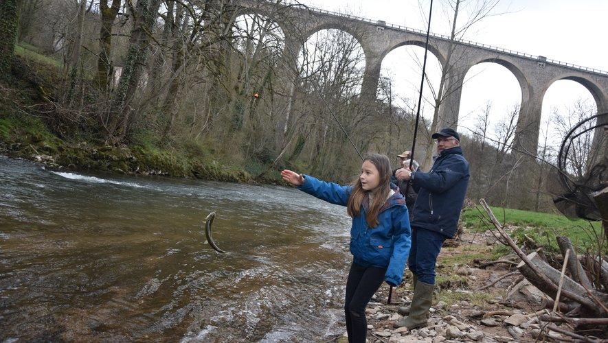Au bord de l'Aveyron, à Rodez, la pêche se pratique en famille.