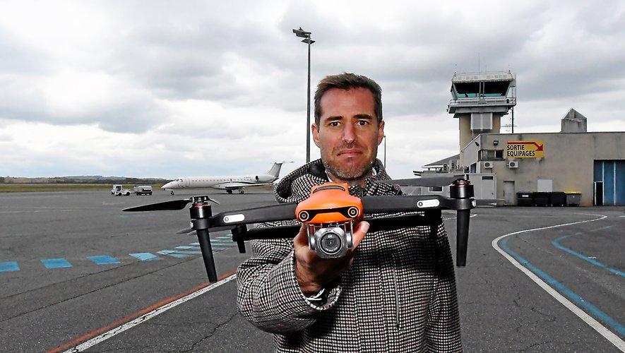 Yuri Verheyden sur le tarmac de l'aéroport, drone en main.