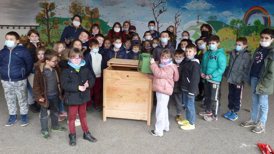 Les élèves réunis autour du composteur qu'ils viennent de monter.