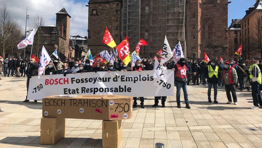 Les salariés ont posé, symboliquement, un cercueil place d'Armes, à Rodez.