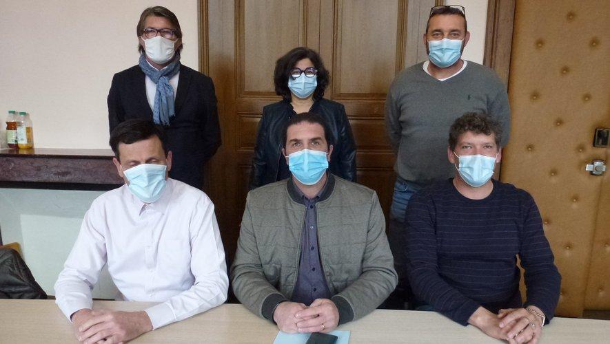 Julien Girard (assis à droite) a été officiellement présenté à la presse.