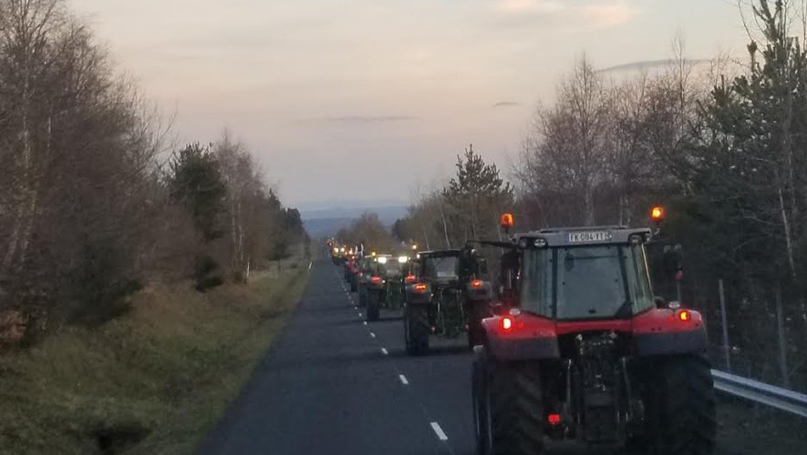 Une vingtaine de tracteurs aveyronnais sont partis tôt ce matin en direction de Clermont.