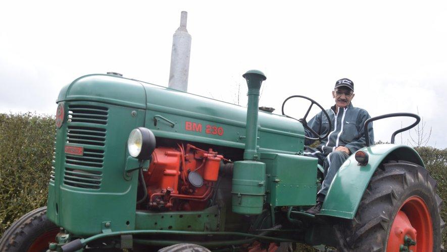 Clément Fournier au volantde son tracteur suédois, le Bolinder, ancêtre de Volvo. Chez lui, même les fleurs poussent dans des pneus !