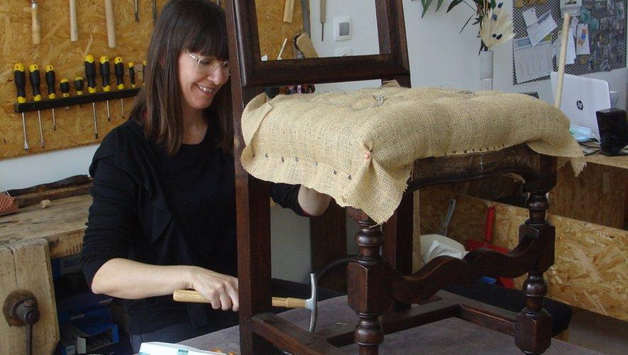 Mille soins apportés à la restauration de mobilier précieux