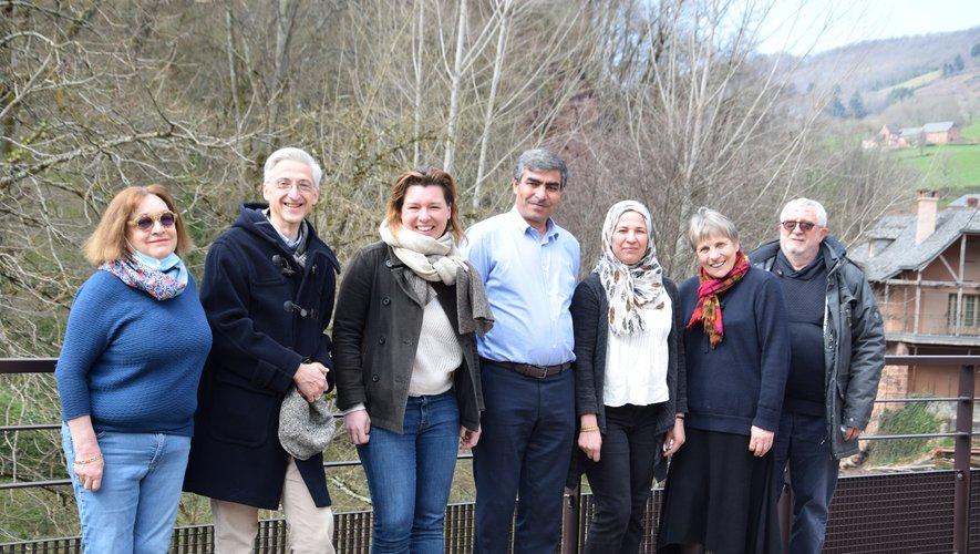 Daban et Roshana entourés des bénévoles de l'association.