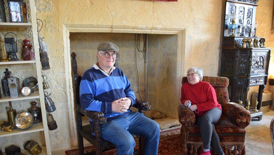 Annie et Yves-Olivier Denoual installés dans la pièce du 1er étage utilisée comme salle à manger.
