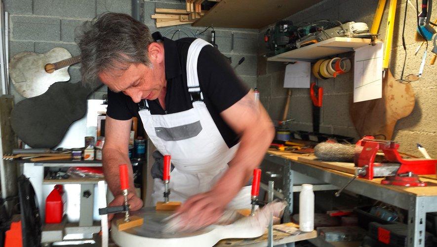 Dans son garage transformé en atelier, Hugo crée des instruments pour l'amour du blues.