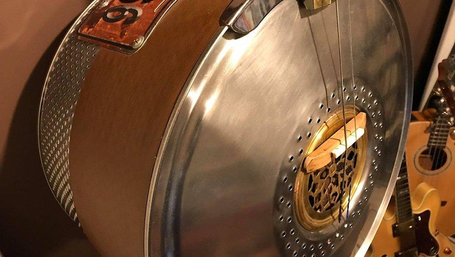 """De haut en bas, la """"Route 66"""", fabriquée avec une boîte de cigares, le fameux cigar box des pionniers du blues ; un tambour de machine à laver pour donner naissance à une contrebassine, et un nouveau cigar box tout en tôle rouillée."""