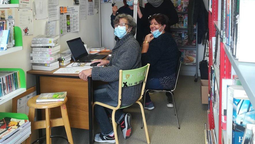 Sophie Coppens encadre les bénévoles de la bibliothèque de Laissac pour encoder tous les livres dans la base informatique.