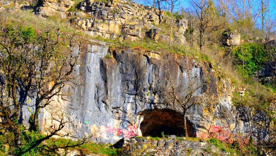Des tags autour de la grotte qui n'ont rien de peintures rupestres.