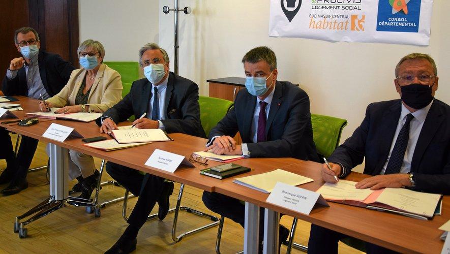 Jean-François Galliardet Yannick Borde, président de Procivis (au centrede la photo), ont officialiséla signature.