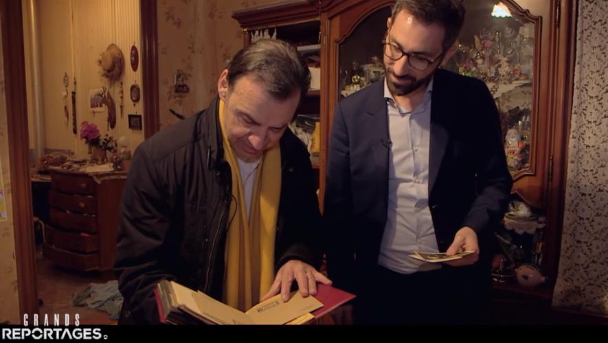 Jean-Pierre, l'héritier, devant un album photo familial retrouvé au domicile de sa tante et son oncle, Rose et Robert.