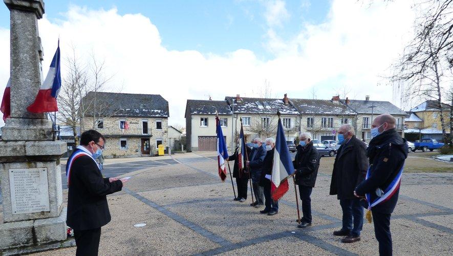 Les maires, le président et les porte-drapeaux pendant la cérémonie.