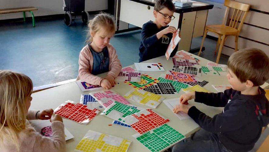 Quelques enfants ont participé à un atelier mosaïque.