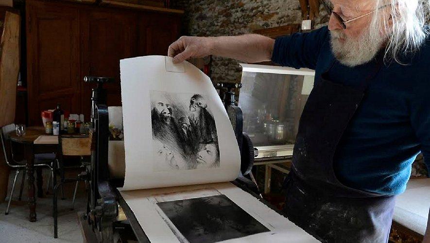 André Stengele travaille sur une presse qu'il dit témoin  de l'œuvre séculaire de nombreux artiste lithographes.