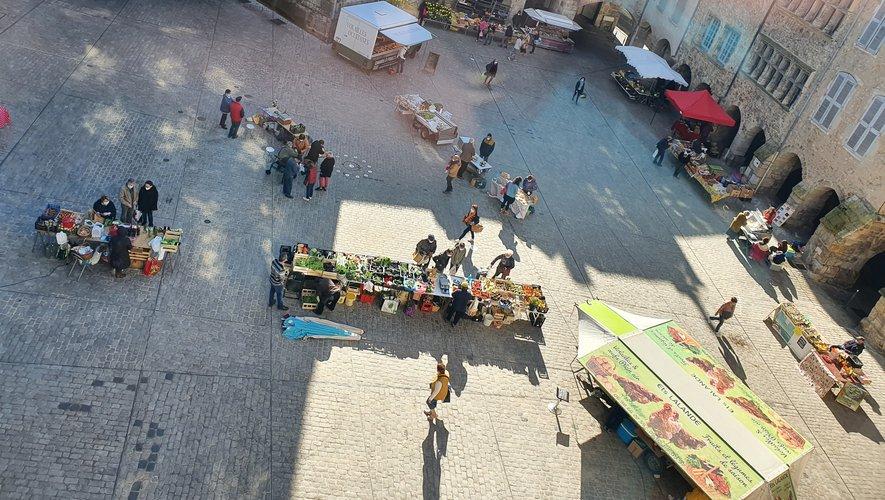 Le marché du samedi regroupe une dizaine de commerçants actuellement, peu aidé par le confinement qui commençait le même jour.
