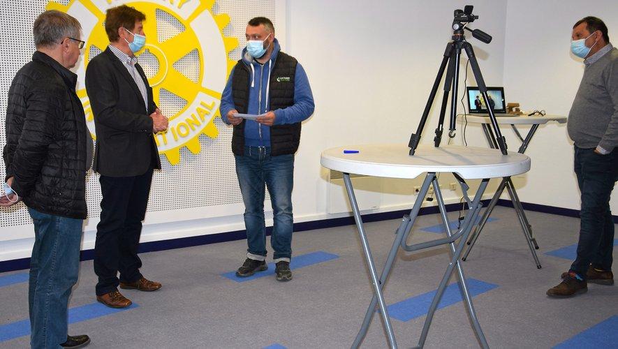 Pascal Mouysset reçoit son chèque d'encouragement de la part du Rotary.