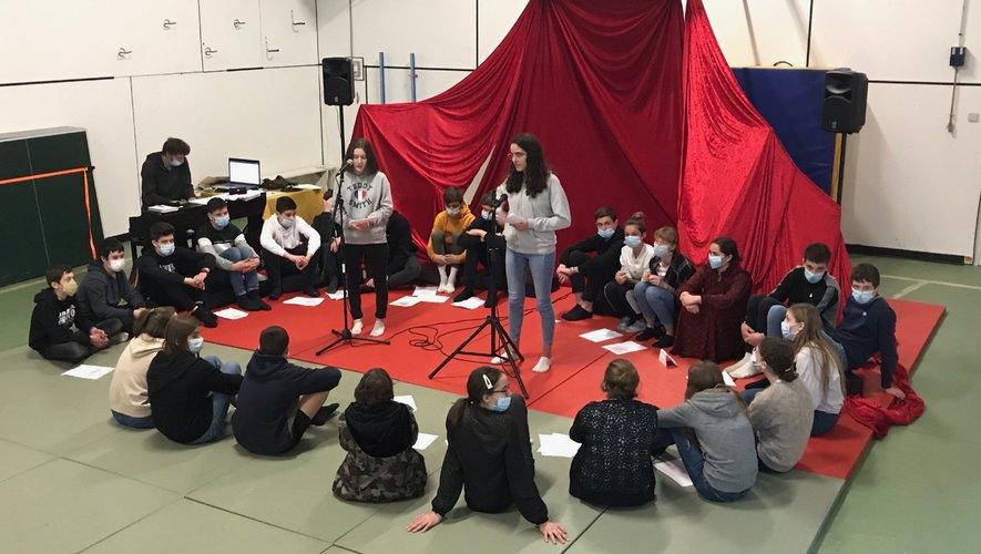 Cours de théâtre en classe de 3e.