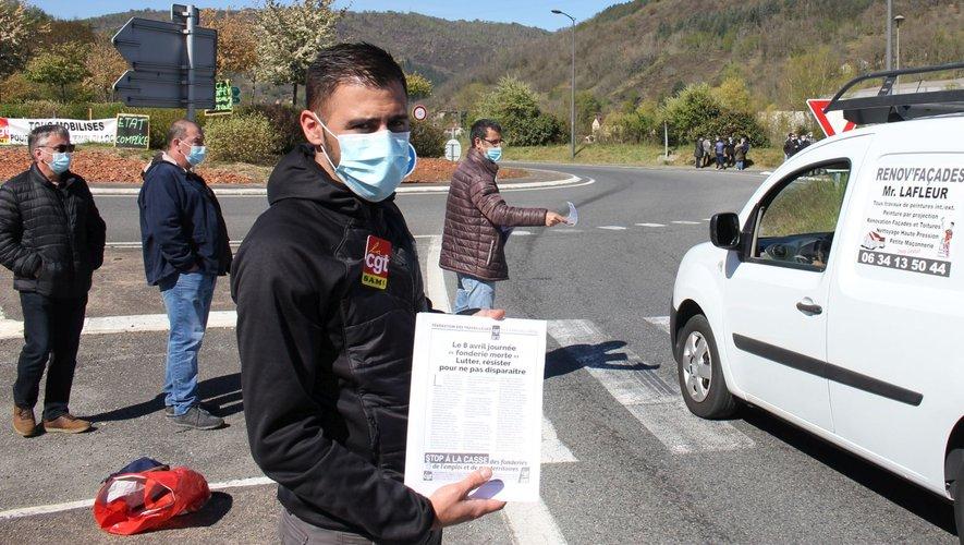 Les salariés de SAM distribuent des tracts aux automobilistes, au giratoire des Tuileries à Viviez.