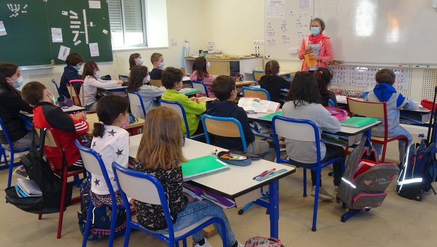La correspondante de presse répond aux questions des élèves.