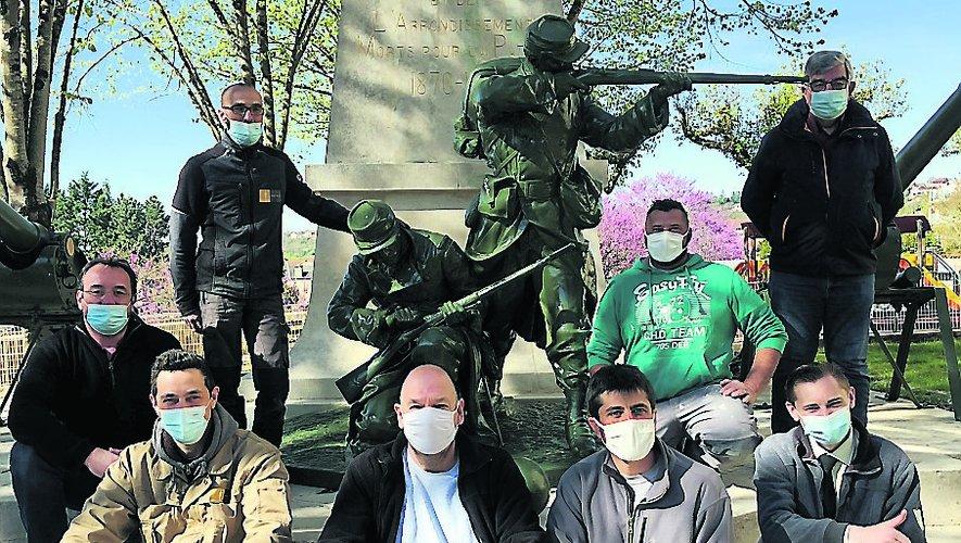 Les élus en compagnie des techniciens de la ville et des ouvriers de l'entreprise qui ont œuvré pour la réfection de ce monument./Photo MCB.