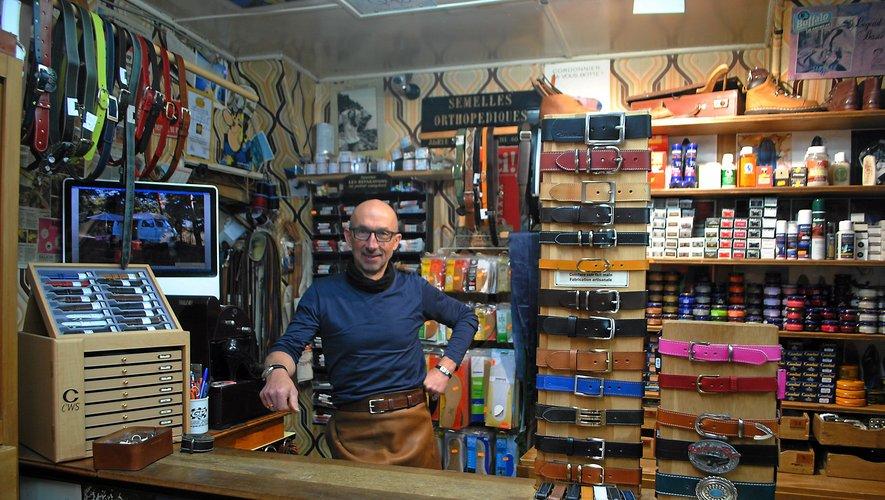 Philippe Blanc adore recevoir les clients dans son atelier et raconter l'histoire de sa cordonnerie et de sa passion.