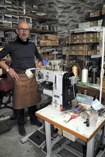 Les machines sont celles de son beau-père, le créateur de la cordonnerie Poujol. Il a juste ajouté un meuble de couturière de sa grand-mère, fabriqué, lui aussi, sur-mesure, à Villefranche-de-Rouergue.