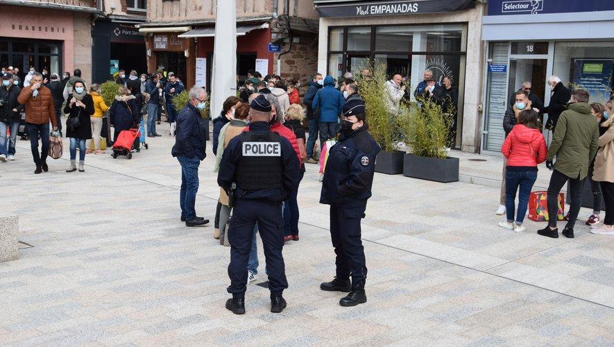 Place de la Cité, la police veille à la consommation de l'alcool et au port du masque.