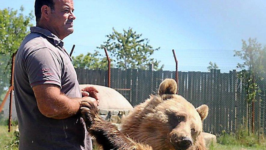 Jean-Philippe Roman et son ours, à Pradinas. Des animaux toujours gâtés, quoi qu'il en coûte.