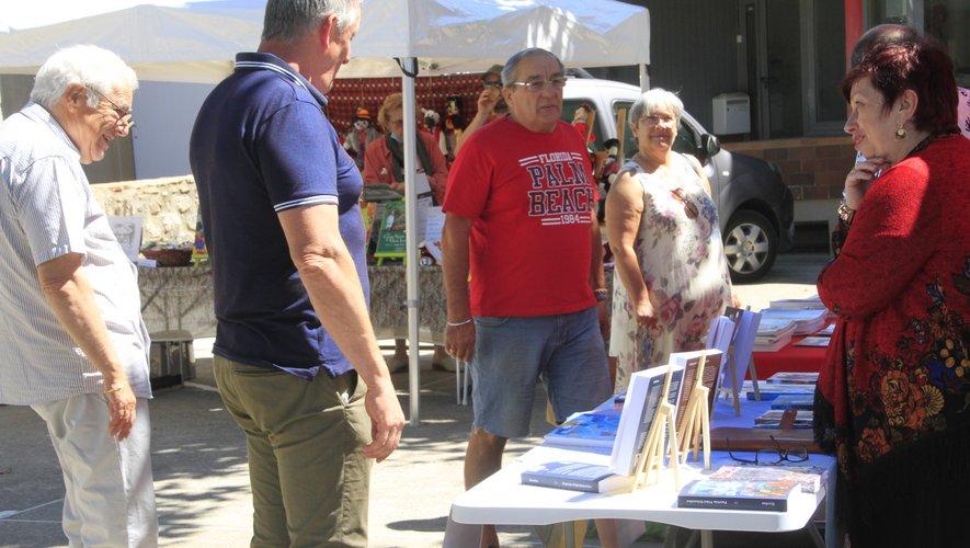 Michel Lombard, ici avec le maire Dominique Rigal a été l'été dernier à l'initiative des salons du livre organisés sur les marchés du samedi.