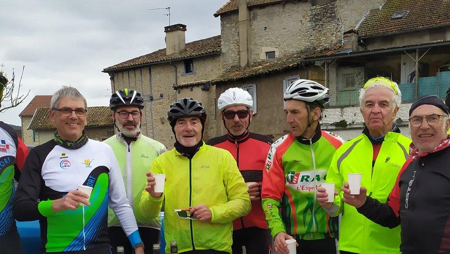 Un groupe de cyclos place Fontanges avec le président T. Sansonnet, le vice-président M. Couybes, le trésorier S. Cabrit et le secrétaire Y.. Marty./DR