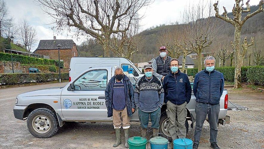 Les bénévoles de l'association fin prêts pour le lâcher de la fario et la truite arc-en-ciel.