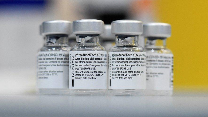 """La Haute autorité de santé recommande """"l'utilisation exclusive des vaccins à ARN messager"""" (Pfizer/BioNTech et Moderna), jugés plus efficaces, en Guyane, à Mayotte et à La Réunion, où ces variants représentaient 85%, 83% et 65% des nouveaux cas l"""