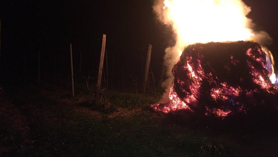 """""""Ici, nous faisons des feux de foin.Là, c'est le cinquième matin qu'il gèle cette semaine, il a aussi gelé trois jours la semaine dernière... ce qui fait que j'ai utilisé tout mon stock de paille et de foin"""", explique le viticulteur."""