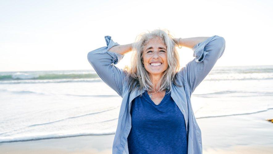 Les femmes qui laissent apparaître leurs cheveux gris naturels sont en quête d'authenticité, et ce malgré le regard des autres et de la société.