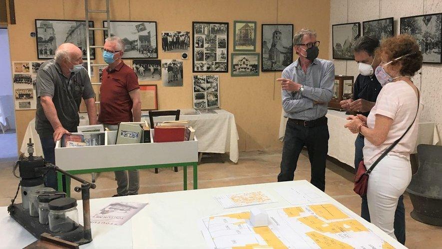 Les membres actifs sont toujours présents pour définir l'organisation de la salle d'exposition.