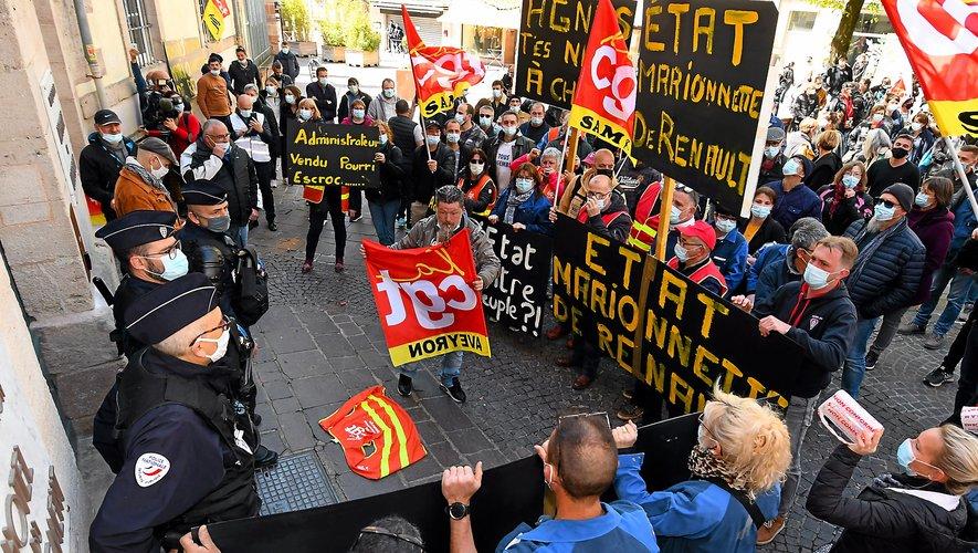 La grande majorité des 365 salariés de l'usine Sam s'est réunie devant la préfecture  de l'Aveyron, hier à Rodez.