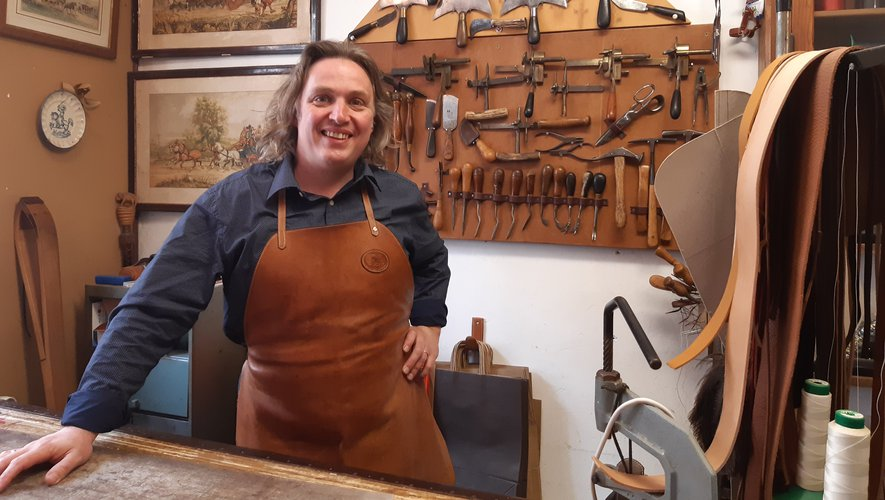 L'atelier-boutique de Lin Alberici, à deux pas de l'Abbatiale Sainte-Foy, ressemble à un petit musée de la sellerie.